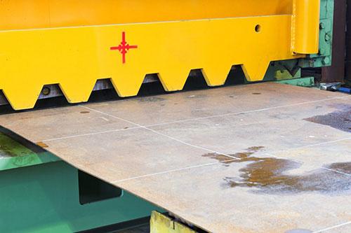 рубка металла гильотиной: преимущества и особенности процесса